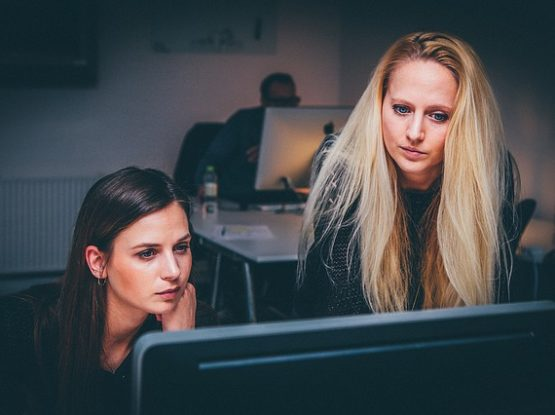 Kobiety przy komputerze