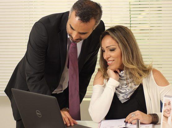 Mężczyzna i kobieta przy komputerze