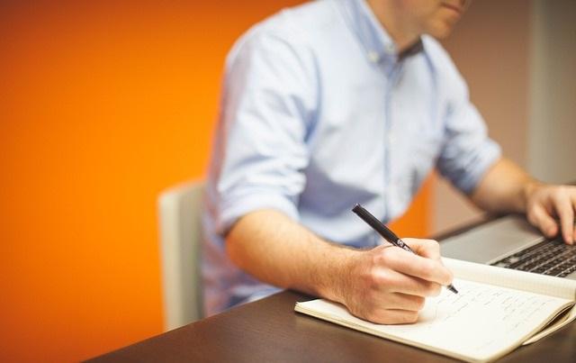 Mężczyzna piszący wniosek