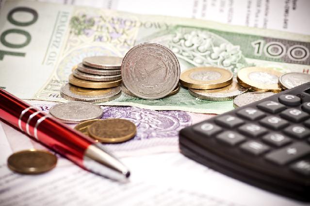 Pieniądze, kalkulator, długopis na blacie
