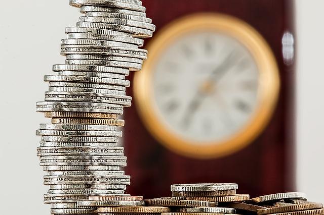 Monety na tle zegara