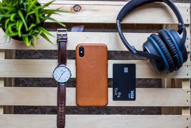 Karta, komórka, słuchawki i zegarek