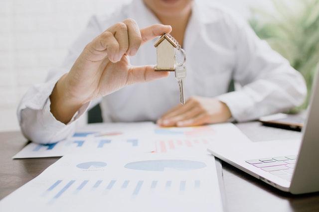 Brelok w kształcie domu z kluczem
