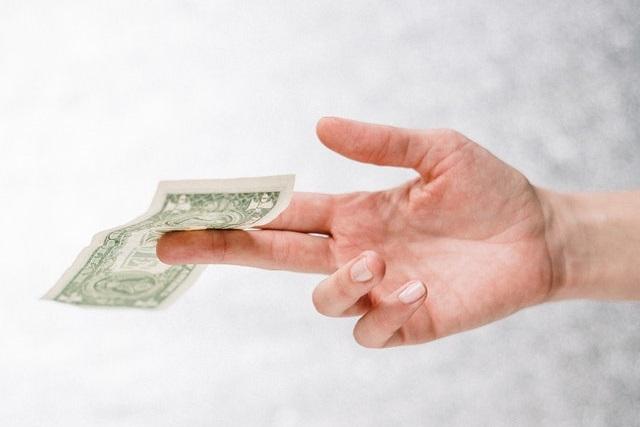 Dłoń z banknotem